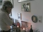 Niv Jacobi Erew Shabbat in meinem Haus in Deutschland, Niv's Mutter Adi zündet die Kerzen