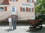 Niv Jacobi Niv's Eltern vor dem Heimatmusuem %22Gedenkstätten KZ Bisingen