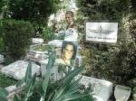 Niv Jacobi Niv's Mutter am Grab von Shai