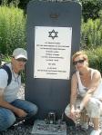Niv Jacobic-Niv's Eltern am Gedenkstein von Shalom Stamberg