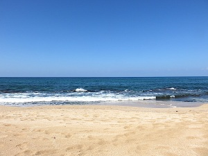 Das Meer ist sehr ruhig und scheinbar glatt - die Geräusche der leichten gleichmäßigen Brandung hat auf mich und die Freunde hier eine Wirkung der inneren Ruhe