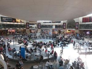 Blick auf die Abflughalle Airport Ben Gurion auf dem Weg zur Gepäckausgabe